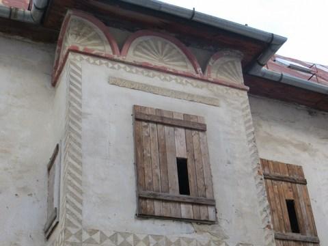 Renesančný arkier so sgrafitovou omietkovou výzdobou / Námestie sv. Trojice 23
