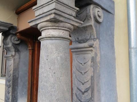 Hranatý arkier na kamenných konzolách podopretých stĺpmi zo 16. storočia / Kammerhofská 1