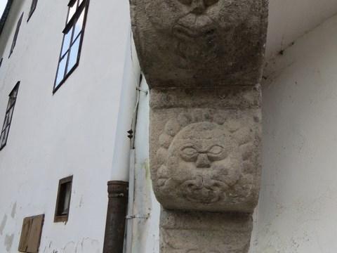 Renesančný arkier na kamenných konzolách podopretý stĺpom / Sládkovičova 1
