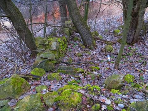 Kamenné pozostatky stavby