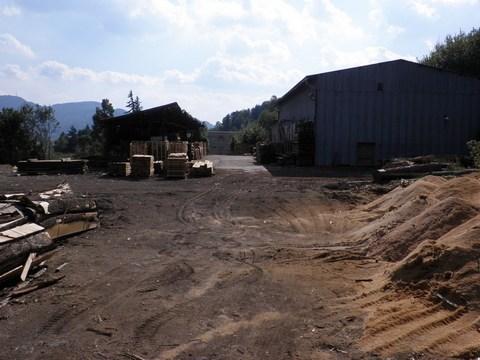 Sklad dreva na mieste bývalej nádrže