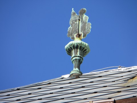 Nástrešník na ulici Antona Pécha 2: forma anjela - sv. Juraja