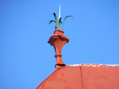 Nástrešník na ulici Malá okružná 3 vo forme vázy s palmovými listami - detail