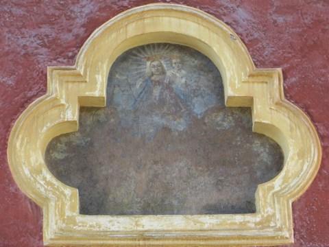 Nika v tvare trojlístka s ružencovou Pannou Máriou a Ježiškom v náručí na ulici Remeselnícka 5