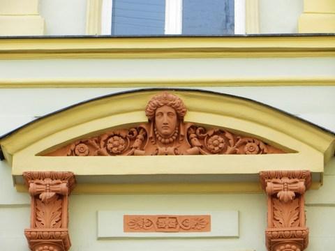 Detail okna domu č. 11 - nadokenný segmentový frontón