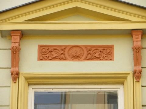 Detail okna domu č. 11 - vlys