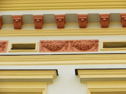 Detail fasády domu č. 11 - povalové vetráky a korunná rímsa