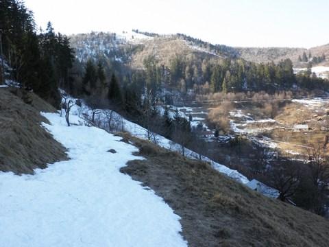 Klingerštolniansky severovýchodný v popredí a tiež v pozadí rovnobežne pod cestou